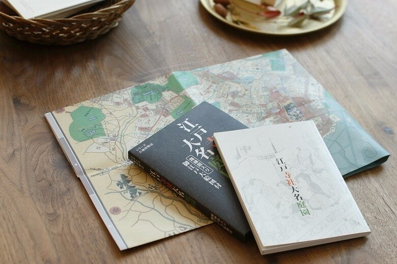 「江戸寺社大名庭園」は、いまの東京と江戸の地図がセットになった、歴史散策におすすめの本です。