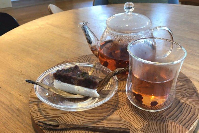 「水無月」といえば三角の形に切ったういろうの白い生地の上に小豆をのせて固めたもので、羊羹のようなモチモチした食感のお菓子。京都の名産品で、特に関西方面ではとても有名な和菓子だそうです。