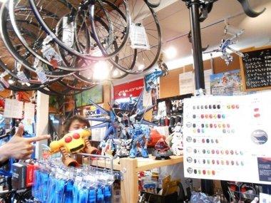 どてるし店内はオーナーの趣味と自転車がコラボレーション