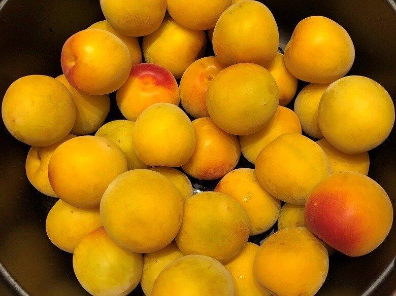 生のまま食べられるのでは…と思うほど、香り高く、大粒の立派な梅は、和歌山の梅農家さん「みっちゃんの梅」から取り寄せています。