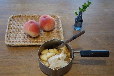 季節の果物のジャムにお酢をプラス、お茶で割ったフルーツサワーティー