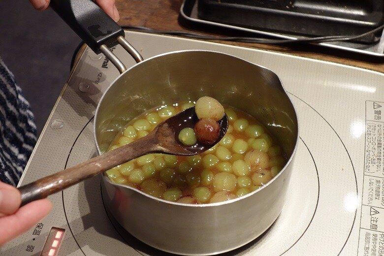 季節の果物のジャムにお酢をプラス、お茶で割ったフルーツサワーティー作り方